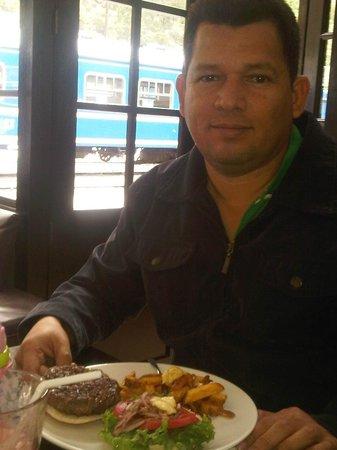 El Albergue Ollantaytambo: Con mi hamburguesa de alpaca