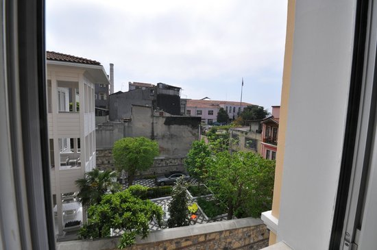 ‪‪Daphne Hotel‬: Street & neighborhood view, room 404, Daphne Hotel, Sultanahmet, Istanbul, May 2012