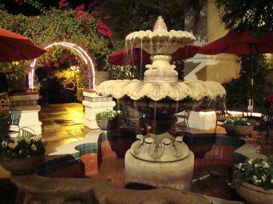 BEST WESTERN PLUS Las Brisas Hotel: Beautiful fountain near pool