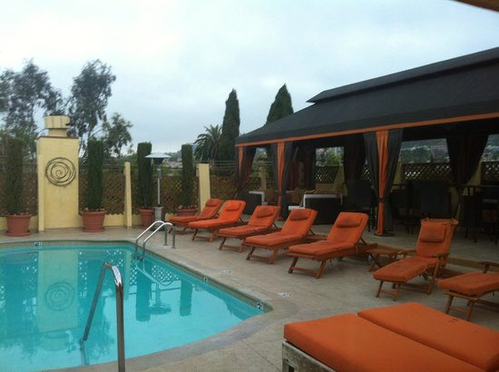 Le Parc Suite Hotel: Lovely Pool area