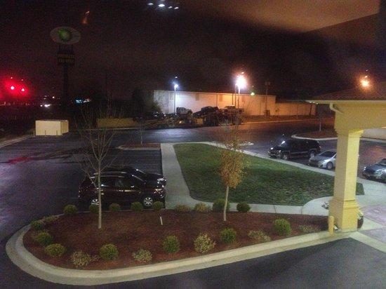 La Quinta Inn & Suites Blue Springs : Front entrance/parking lot