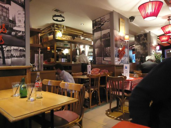 CAFE BRASSERIE AUX P.T.T.: Inside the cafe