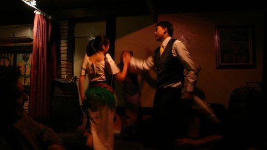 I Tre Farfalli: un ballo sul palco ... nella penombra