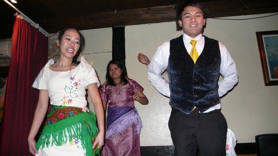 I Tre Farfalli: due amici filippini si cimentano in un ballo folcloristico (tra un piatto e l'altro)