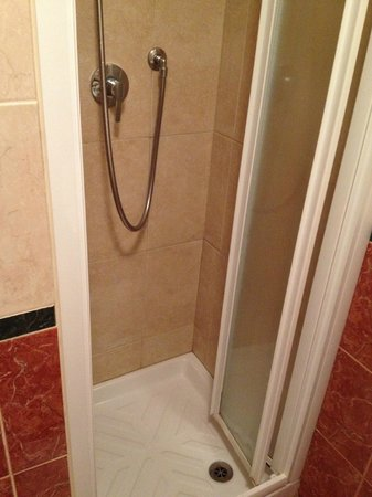 Joli Hotel: Shower