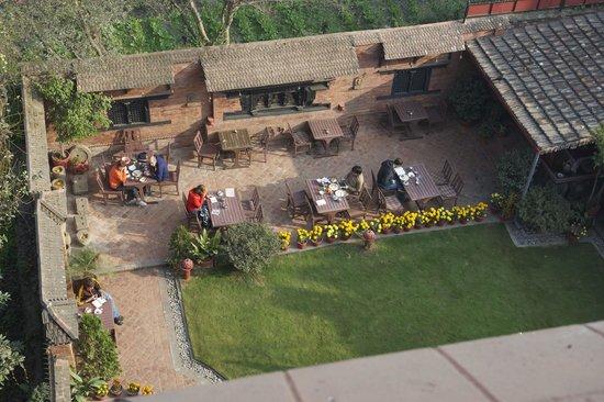 International Guest House: Un angolo del giardino per colazioni