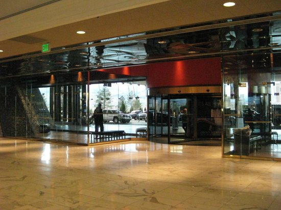 Grand Sierra Resort and Casino: Walking Towards Valet/Taxi Area