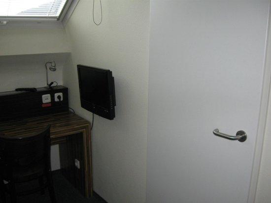 hotelo Heidelberg: Tele y puerta baño habitacion individual