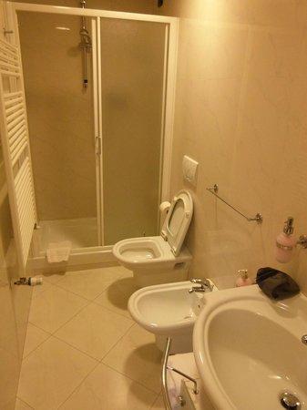 Accasa & Accanto Al Centro: Spacious bathroom
