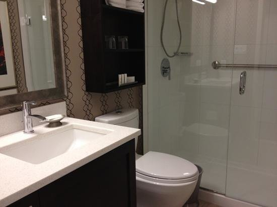 Residence Inn by Marriott Vancouver Downtown: chic bathroom shower without tub