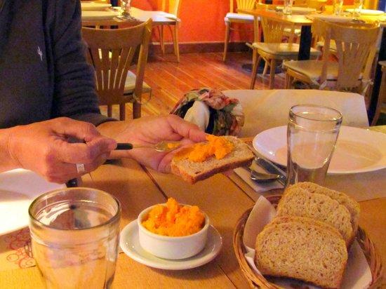 El Vegetariano: Ah! el tenetempié, esperando el plato principal, esa mayonesa de zanahoria!
