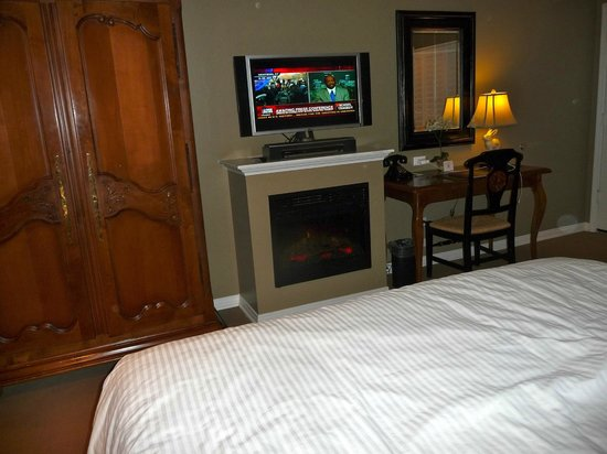 Hadsten House: Room with flatscreen and tv