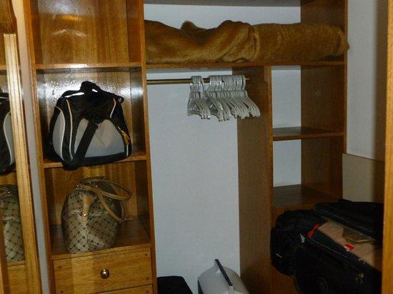 Hotel Tres Reyes: Práctico vestidor para guardar el equipaje