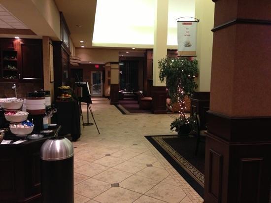 Hilton Garden Inn West Des Moines: lobby from lounge