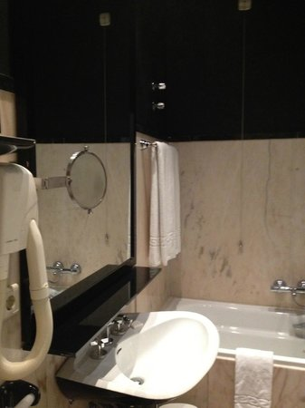 Hotel Infante Sagres: banheiro