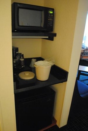 Fairfield Inn & Suites by Marriott Titusville Kennedy Space Center: Fridge and microwave