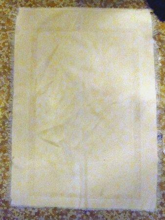 Guest House Inn: Frayed and threadbare bath mat