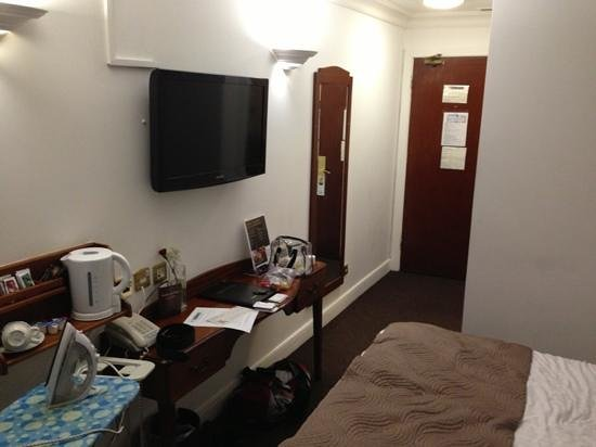 Dublin Citi Hotel: a clean room. with double bed