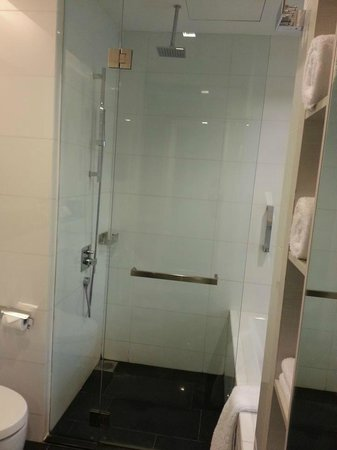‪‪The Quincy Hotel by Far East Hospitality‬: Shower with Tub