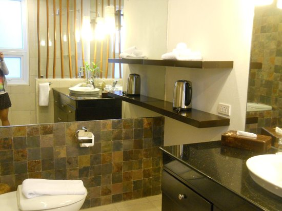 7Stones Boracay Suites: Bathroom