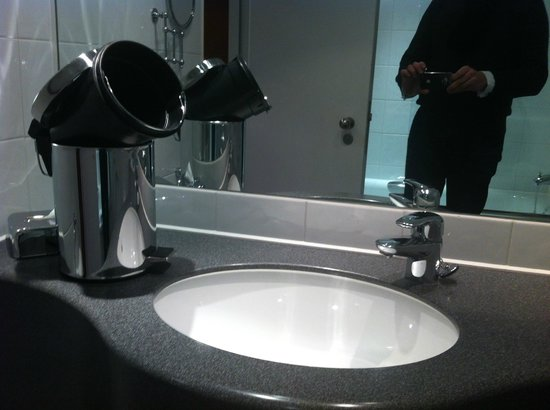 Sofitel London Gatwick: I found the bin that way when I came back to my room