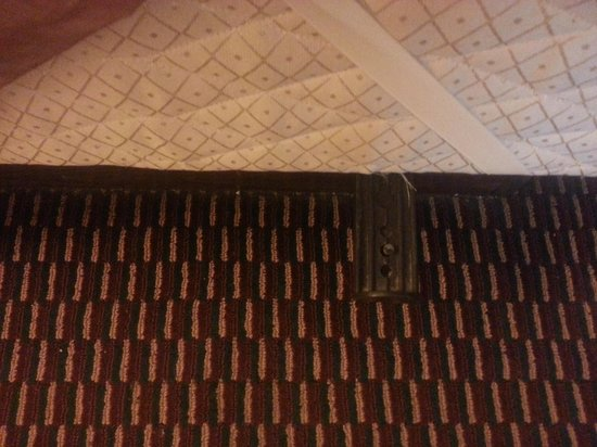 Travelodge Bangor: Dangerous Bed Frame