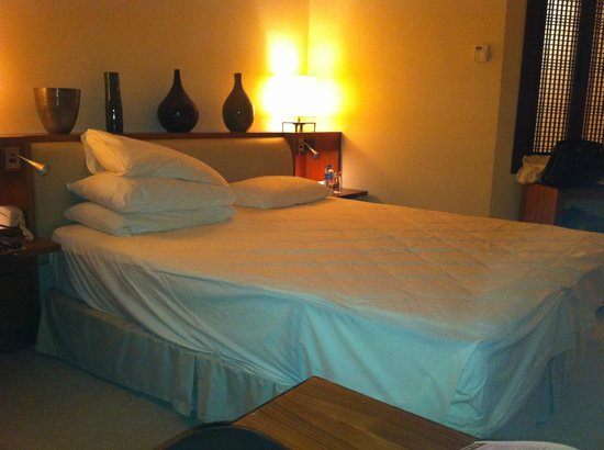 Grand Hyatt Istanbul: Feather duvet cover and pillows being removed at 1 am