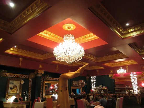 Norbu's Steakhouse: Wonderful chandelier