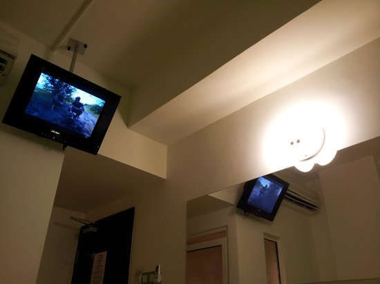 Apple Hotel : TV hanging on the wall