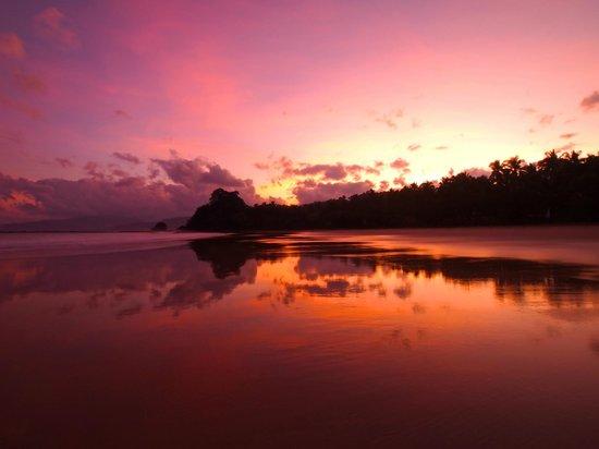 Sheridan Beach Resort and Spa: Sabang beach at dawn