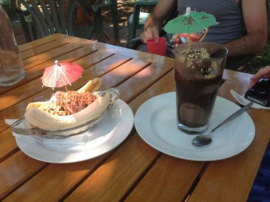 The Beaches Cafe : banana split + chocolate coupe