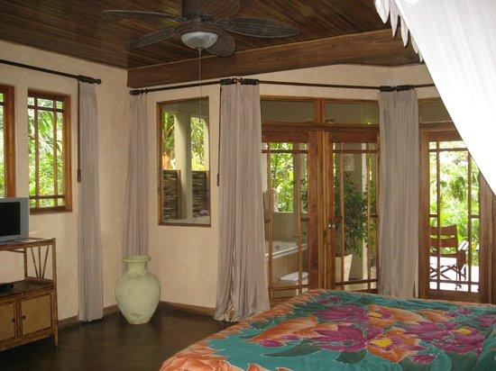 Lost Iguana Resort & Spa: master bedroom with outdoor bathtub/shower