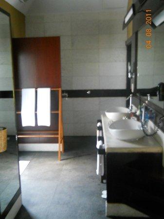 Bay of Bengal Resort: indoor bathroom