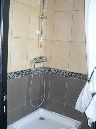 Adonis Sanary Hôtel des Bains : shower