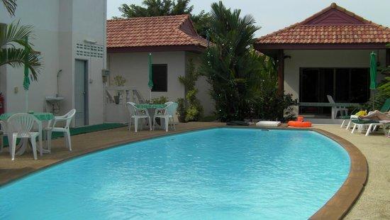 Sansuko Ville Bungalow Resort: poolside2 