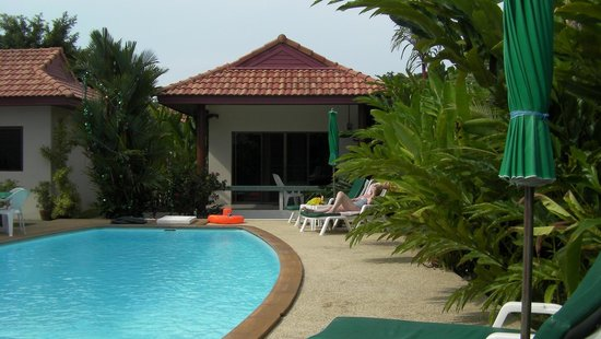 Sansuko Ville Bungalow Resort: poolside3 