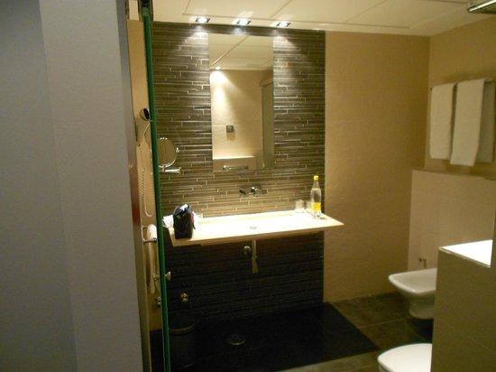 Hotel Francisco I: Nice bright bathroom