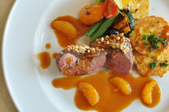 Aila: シャラン産鴨の胸肉のロースト、そのジュの赤ワインソース、秋栗と茸のラグー