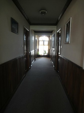 Nirvana Garden Hotel: Corridor in the back building