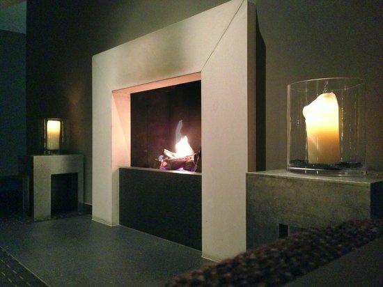 Hotel Boston Hamburg: Fireplace in the lobby
