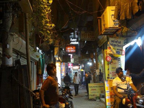 Hotel Namaskar: steegje (zijstraat van de Main Bazar) naar het hotel