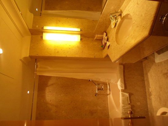 Dubai Marine Beach Resort and Spa: bathroom
