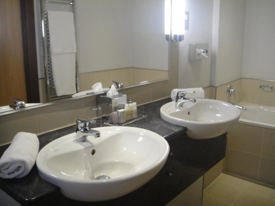 The Claremont Hotel : Our spacious bathroom in our room