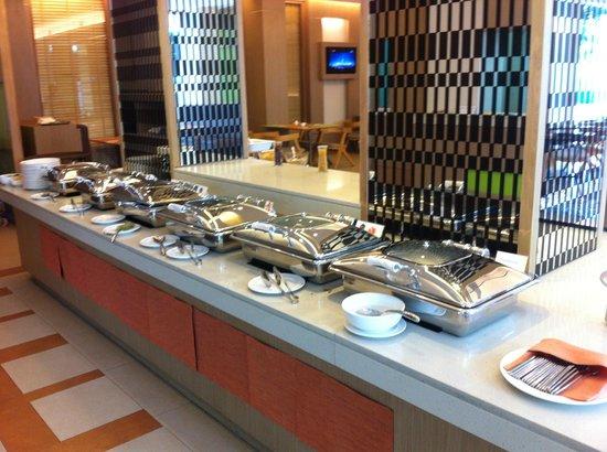 The ASHLEE Plaza Patong Hotel & Spa: Breakfast