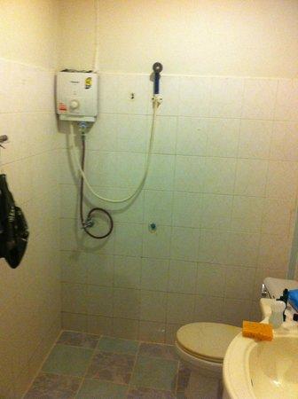 P.P. Blue Sky Resort: Shower