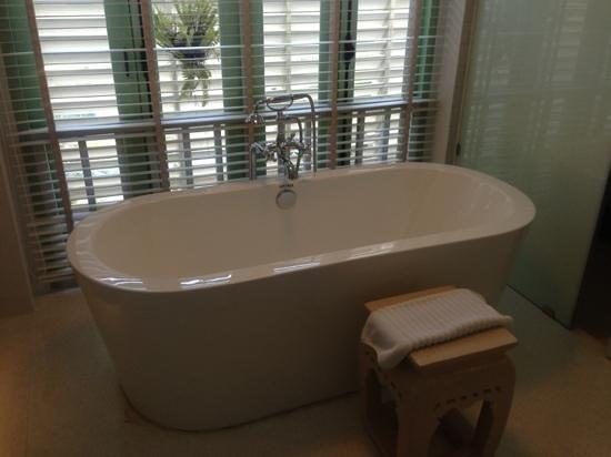 Hotel Des Artists: wow bathtub