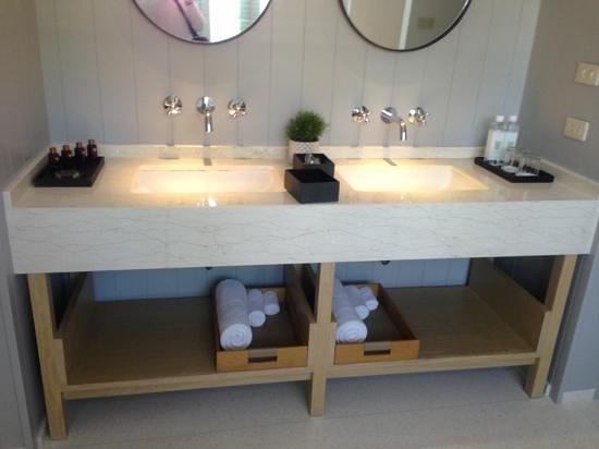 Hotel Des Artists: double vanity