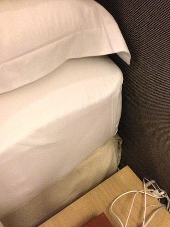 Hotel Des Artists: tight fit bedsheet show delicate