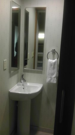 SpringHill Suites Tampa North/I-75 Tampa Palms: Separate toilet and sink in one room with sliding door