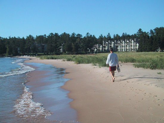 Glidden Lodge Beach Resort: Walks on the beach